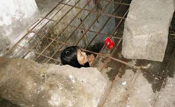 女子被亲生父亲囚禁铁笼内