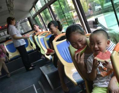 """重庆发""""高温红色预警"""" 公交车站提供冰镇西瓜"""