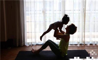 孙俪和女儿练瑜伽 小花妹妹坐在妈妈怀中好温馨