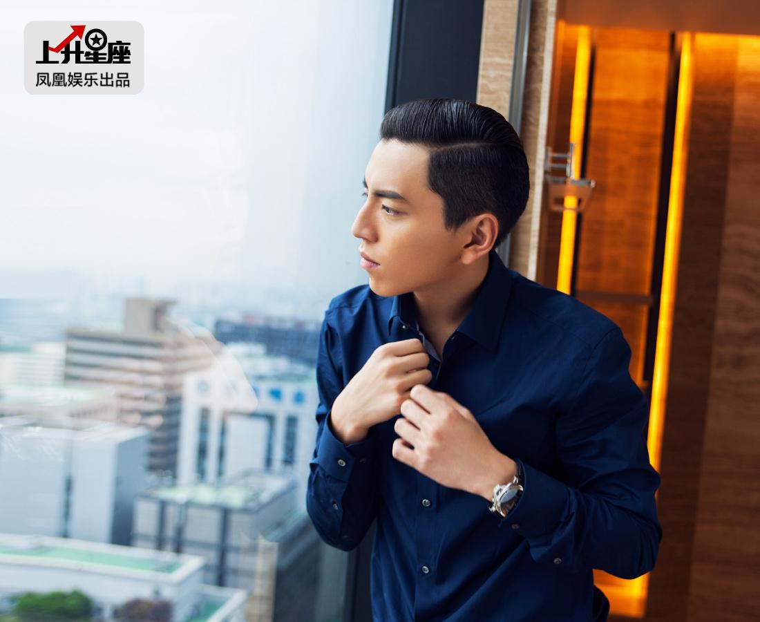 第二天一早,记者来到王大陆所住的酒店,发现他正在欣赏对面的汉江和63大厦。轻轻依靠在窗边,长这么帅,一副深情款款的样子,还放出来撩妹,让一众工作人员想不多看两眼都难!
