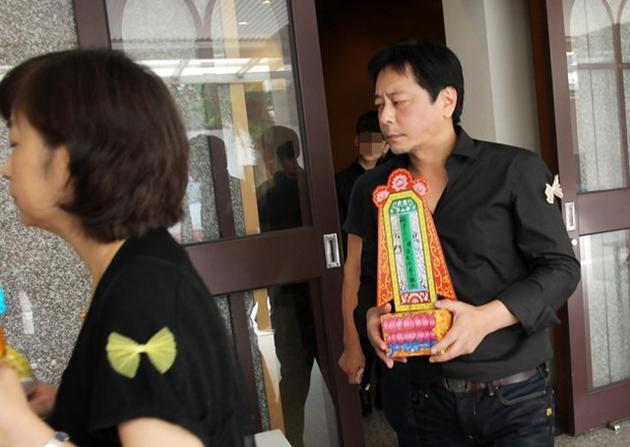 【星娱TV】王杰送别过世父亲 烧纸诵经一脸哀戚