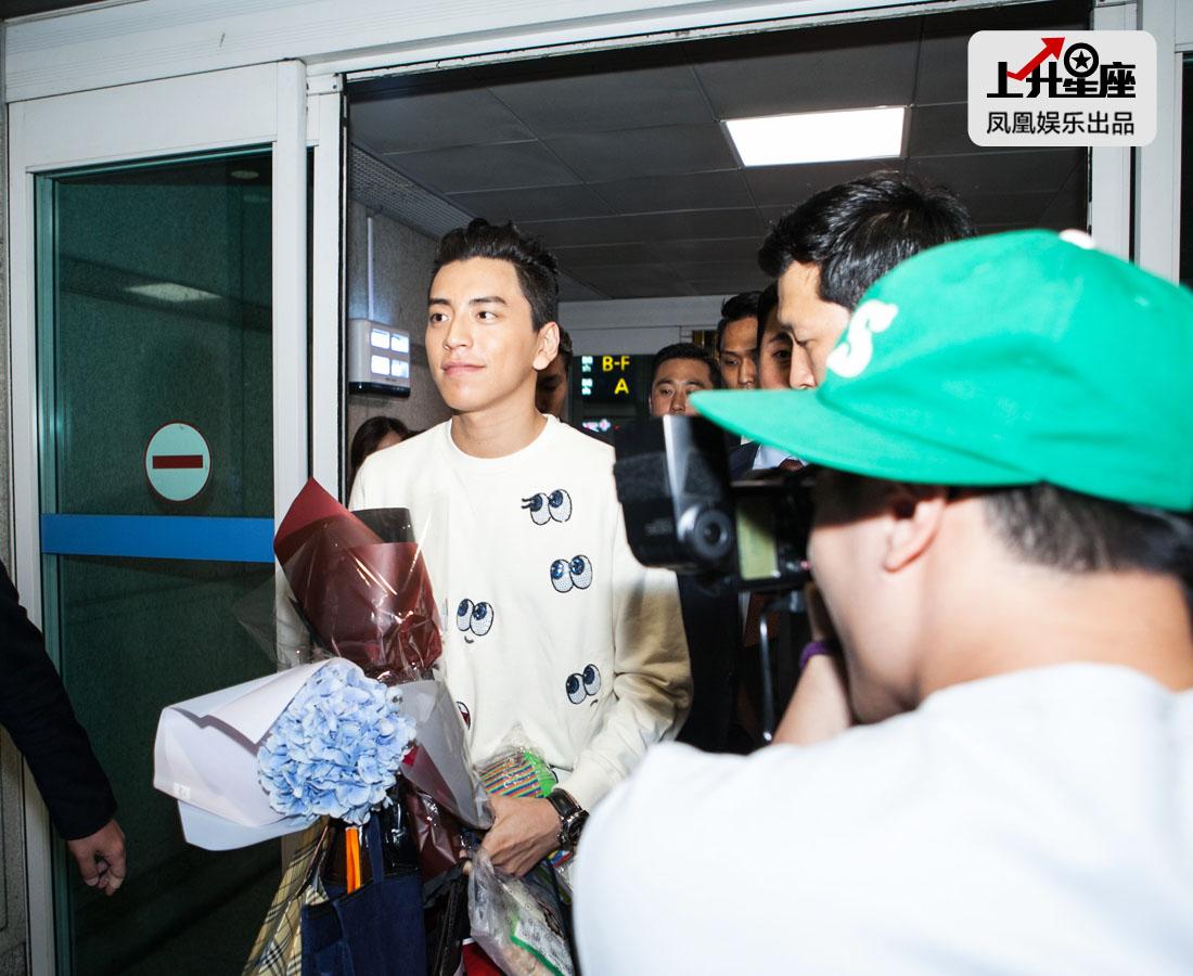 7月13日凌晨2点多,凤凰娱乐记者在仁川国际机场目睹到了这位新晋男神风采。黑黑的皮肤,灿烂的招牌微笑,身上还带有几分独特的痞帅气质。