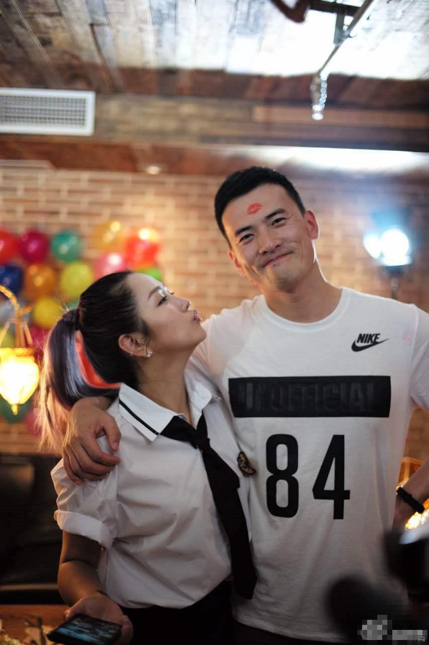 【星娱TV】何洁穿学生装为老公庆生 邀辣妹火热献吻