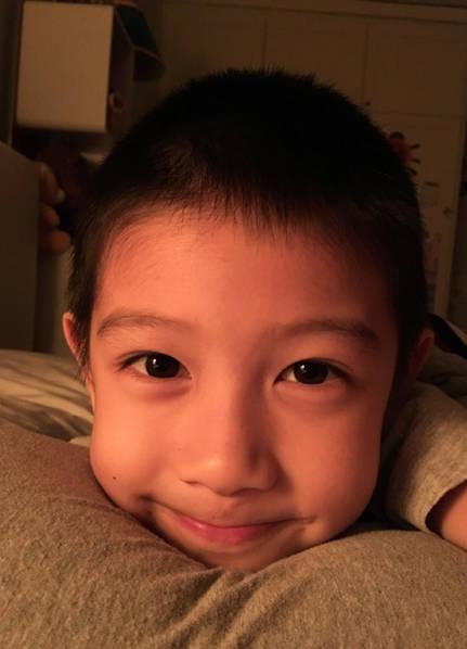 胡静儿子大眼睛十分可爱