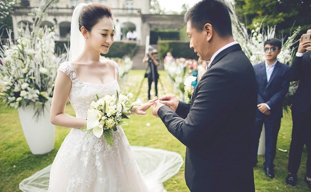 【星娱TV】一周年发糖!李小冉曝光比利时大婚视频