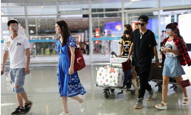【星娱TV】45岁洪欣现身机场遭冷落 小10岁老公与粉丝热聊