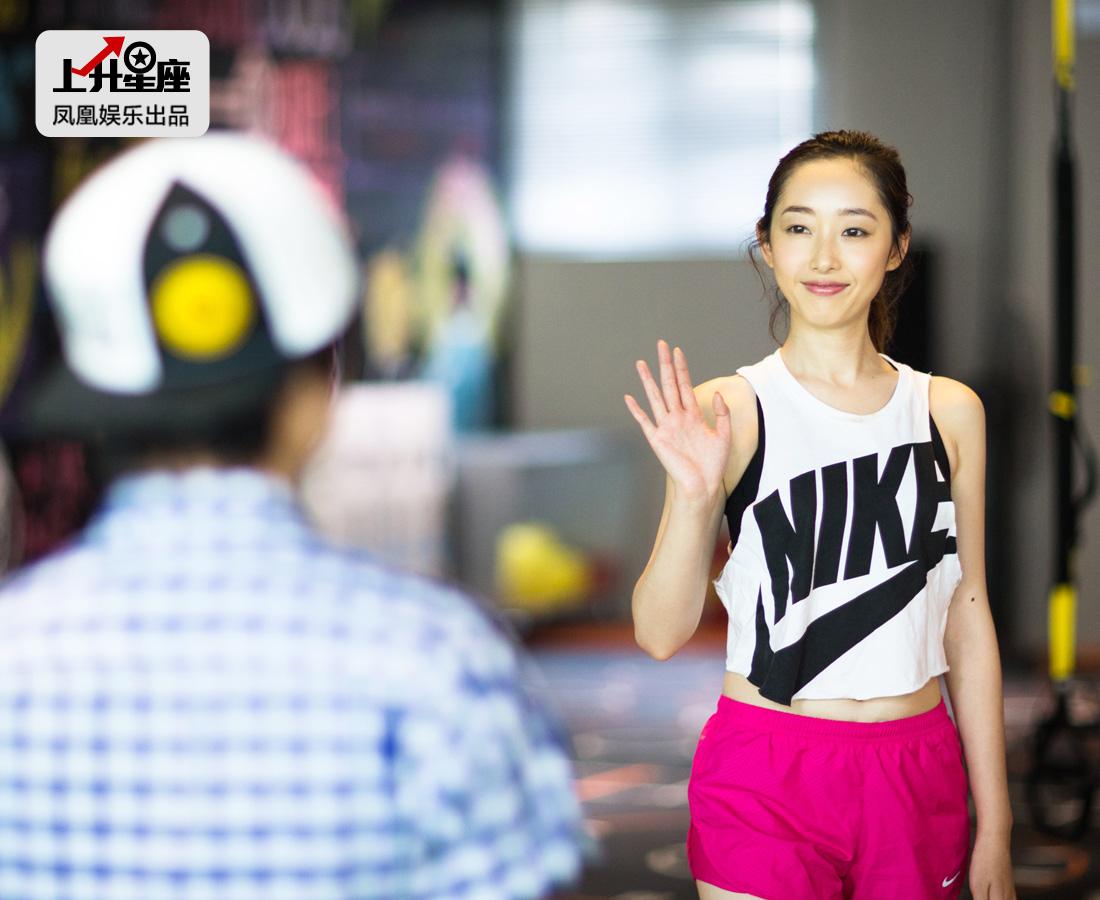 遇到相熟的健身小伙伴,蒋梦婕挥手打了个招呼,给人感觉是个特别有亲和力的姑娘,笑容甜美、说话做事还透着一股雷厉风行的爽气劲儿。
