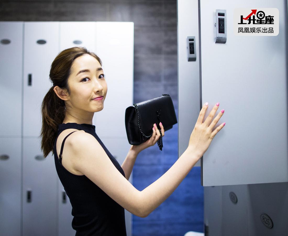 结束了一个半小时的健身运动,蒋梦婕重新来到更衣室,换上一件黑色连身裙,跟刚刚的运动girlfeel完全不同,散发成熟知性魅力。