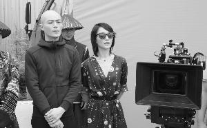 【星娱TV】霍建华婚后新剧开拍 光头新造型亮相
