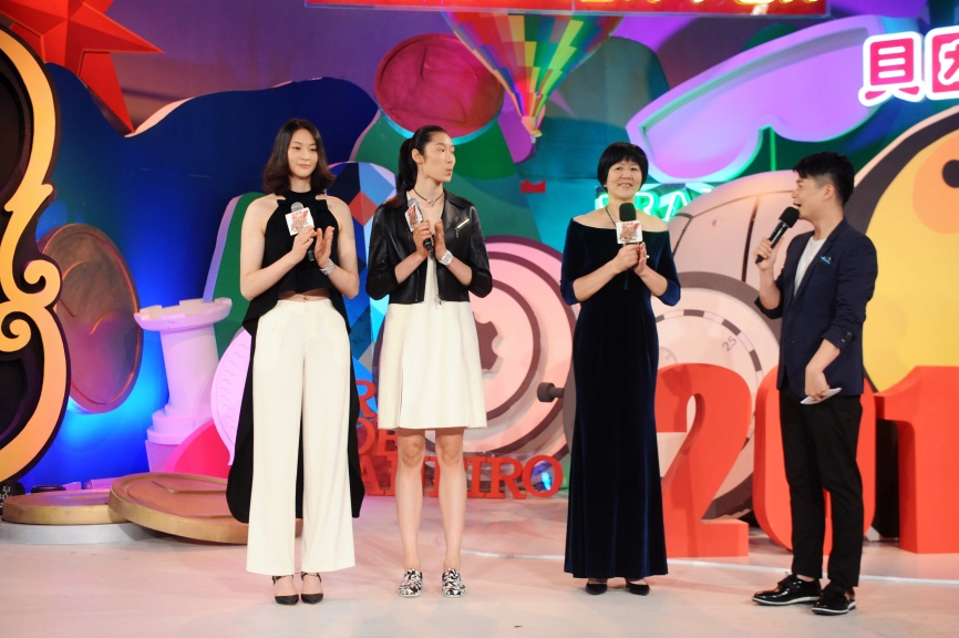 中国女排变身超模 郎平调侃朱婷没有腰