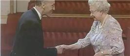英国男孩赴中国守护长城捡垃圾22年 英女王授勋章