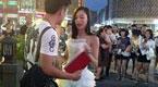 美女街头穿婚纱举房产证跪地求婚 男友懵了