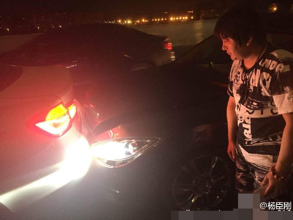 【星娱TV】歌手杨臣刚高速上遭追尾险被撞:差点怼到我