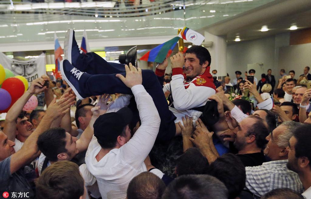 俄罗斯代表团载誉归国 备受爱戴被抛起