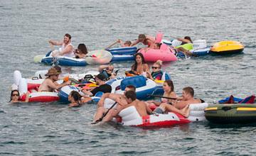 1500名美国人河上聚会 却被强风刮到加拿大遭遣返