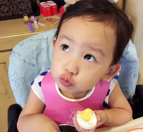 黄磊小女儿显露吃货本性 不顾吃相糊一脸(图)