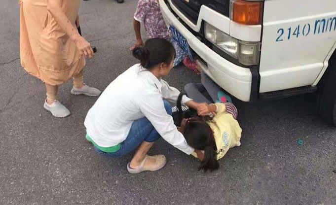 为拒交罚款 母亲将女儿塞入车底