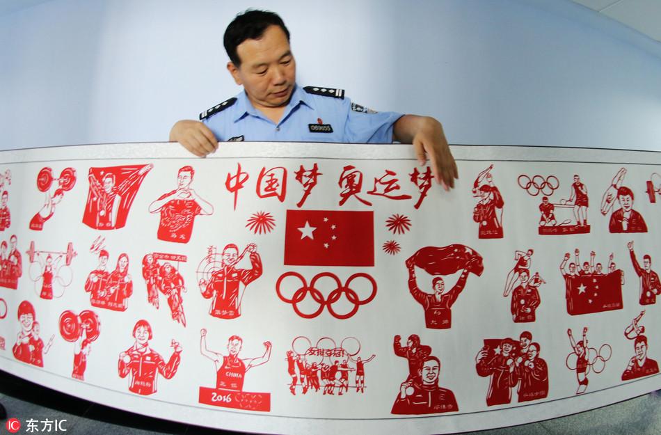 """河北交警展""""绝活"""" 巨幅剪纸献中国军团"""