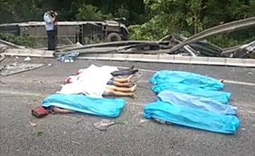 广西:大客车高速路翻车致10死现场
