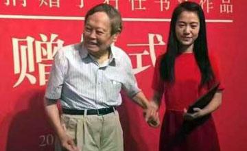 杨振宁携夫人捐赠雕塑现场