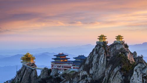 记者从栾川县旅游工作委员会获悉,河南省栾川县境内的老君山、鸡