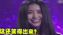 王蓉砸伤主持人站一旁微笑 遭网友质疑
