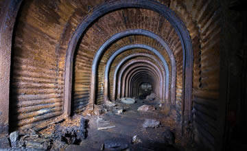 他发现一地下神秘洞穴 内部建筑景象令人目瞪口呆