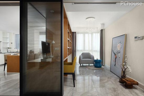 设计亮点:靠近落地窗的休闲椅让人更愿意在此小憩