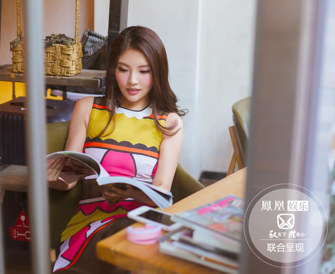 徐冬冬找到咖啡厅的一角坐下,随意拿起一本杂志看看。在繁多的工作之外,真正的度假旅行对徐冬冬来说尤为珍贵,跟闺蜜们相处的时间也很宝贵。
