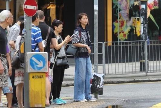 袁咏仪手提战利品 据香港媒体报道,袁咏仪日前独自现身铜锣湾逛街,于该处名店逗留大约半小时,极速扫下大袋战利品。素颜的她路过马路时发现记者在场,立即躲避镜头,急步上车闪人。