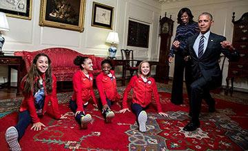 奥巴马为奥运英雄庆功 现场试图劈叉