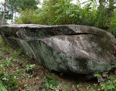 """靖安发现一""""官财石"""":石头形似棺(图)"""