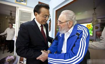 90岁老卡斯特罗起身与李克强握手画面