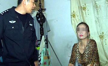 两女一男深夜房中吸毒被抓画面