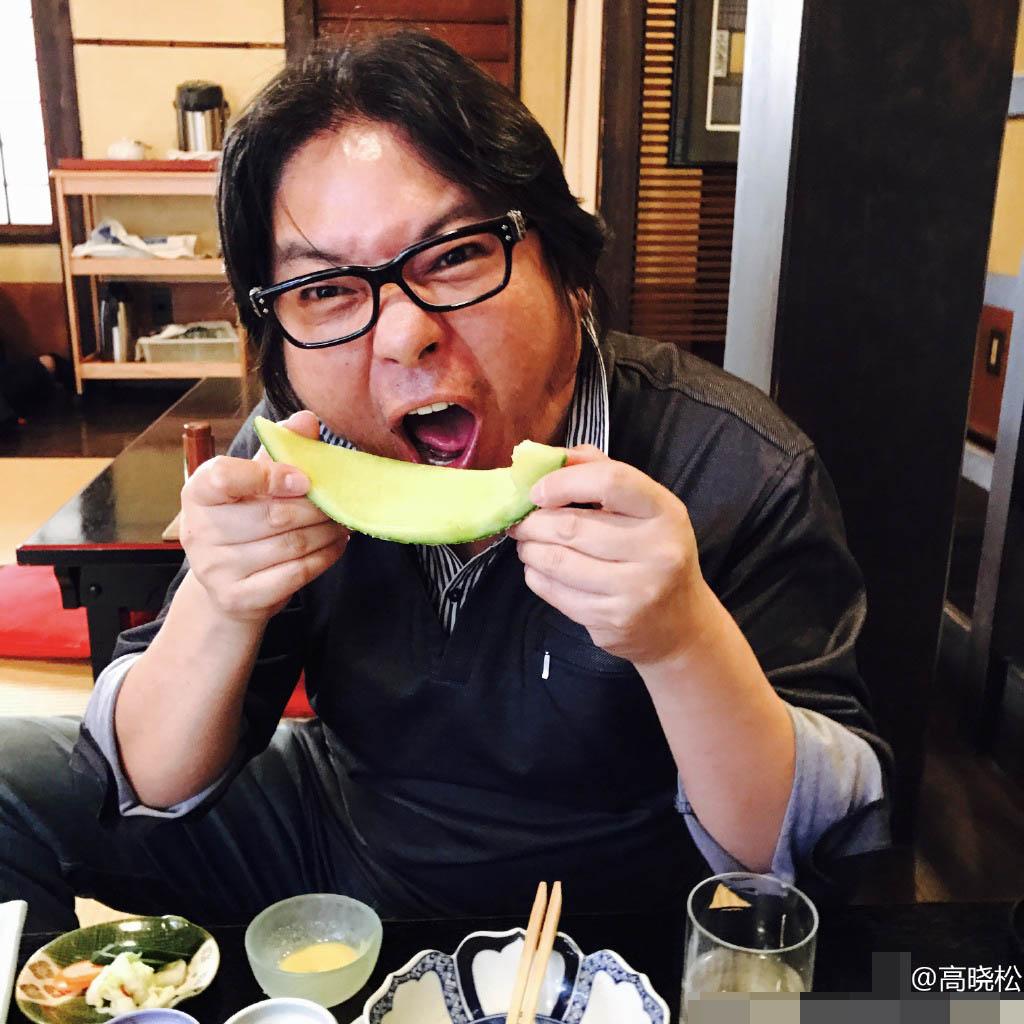 高晓松张大嘴吃瓜,还是被这张脸抢了镜(图)