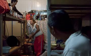 90后女生的工地生活 男女混住宿舍仅用床单遮挡