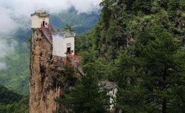 这个房子竟建在1665.8米的孤崖上 已存在400余年