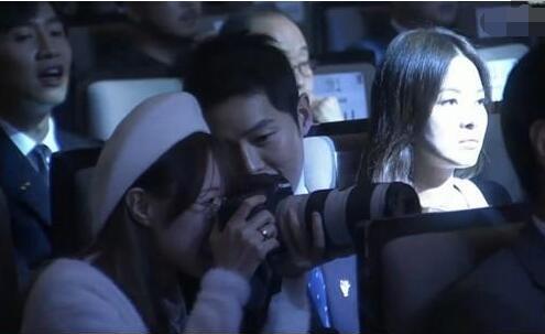 宋仲基变身防弹少年团迷弟 借粉丝相机拍照超专业