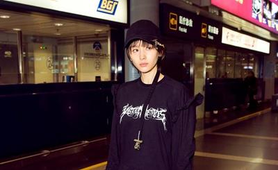 王子文现身机场 黑色潮装潮帽个性吸睛