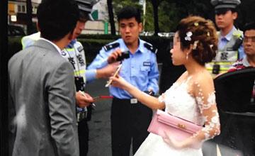 婚车被扣,新娘新郎打车走