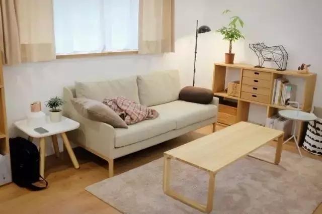 窗台的台面以及窗帘盒也做了实木的