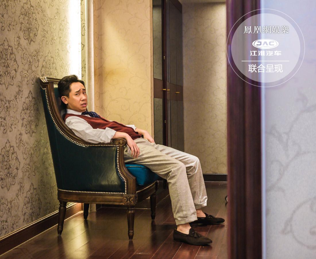 """思维跳脱的白凯南坐到椅子上来了个""""北京瘫"""",和小编分享起他出道前的故事。早年白凯南拜师冯巩,由冯巩带着排相声上春晚。然而相声排了两个半月,他几乎被骂了60天,有次抱着电线杆就哭了,一度怀疑自己不适合干这行。"""