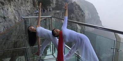 云顶玻璃栈道上的瑜伽盛宴 有胆你就来