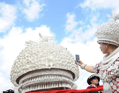 巨型银帽亮相苗族传统节日芦笙会
