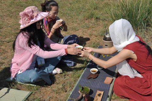 华茶会上茶青们在布置茶席(黄胤然/摄)