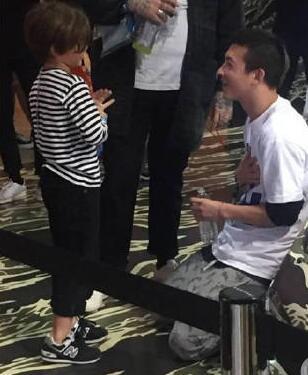 陈冠希被曝现身洛杉矶 跪地与小男孩亲密交谈
