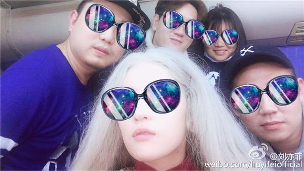 """太搞怪! 刘亦菲顶白发自拍化身""""一代妖精"""""""