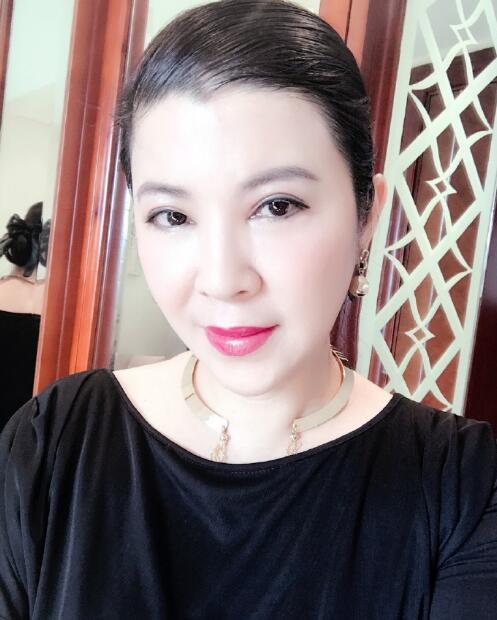 50岁杭天琪近照曝光 皮肤白皙红唇诱人(图)