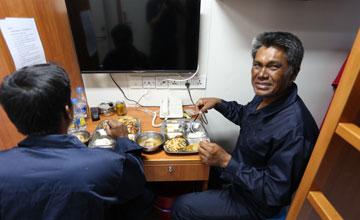 中国海警黄岩岛救起2名菲渔民 吃饭就医精心照顾