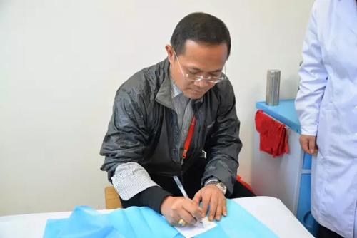 外宾在南昌洪都中医院体验中医药魅力
